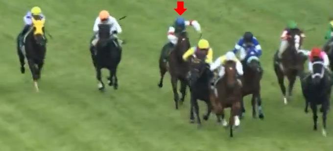 前の馬に進路をふさがれて大ピンチ